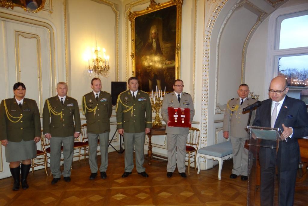 Quatre officiers de l arm e tch que d cor s l 39 ambassade for Chambre de commerce franco tcheque